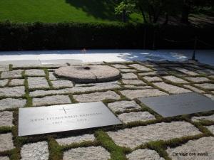 Tumbas de JFK, su esposa Jackie y dos de sus hijos, con la llama eterna